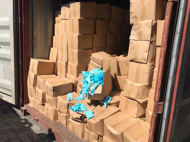 Hiểm họa từ 1.070 thùng găng tay y tế đã qua sử dụng nhập từ Trung Quốc - Ảnh 1.
