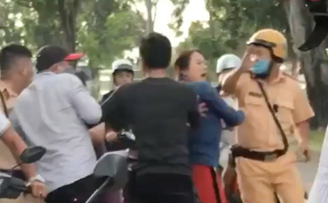 Bắt khẩn cấp 2 chú cháu vây đánh rồi tông ngã CSGT ở Sài Gòn