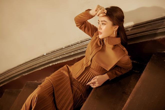 Á hậu Lý Kim Thảo mặc kín đáo vẫn quyến rũ - Ảnh 3.