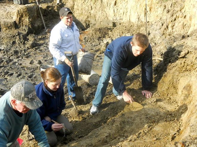 Đang thu hoạch quả chín trong vườn thì thấy hòn đá kỳ lạ, cả gia đình đào lên mới tá hỏa phát hiện ra thứ ẩn giấu bên dưới - Ảnh 6.