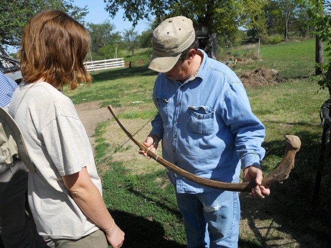 Đang thu hoạch quả chín trong vườn thì thấy hòn đá kỳ lạ, cả gia đình đào lên mới tá hỏa phát hiện ra thứ ẩn giấu bên dưới - Ảnh 12.
