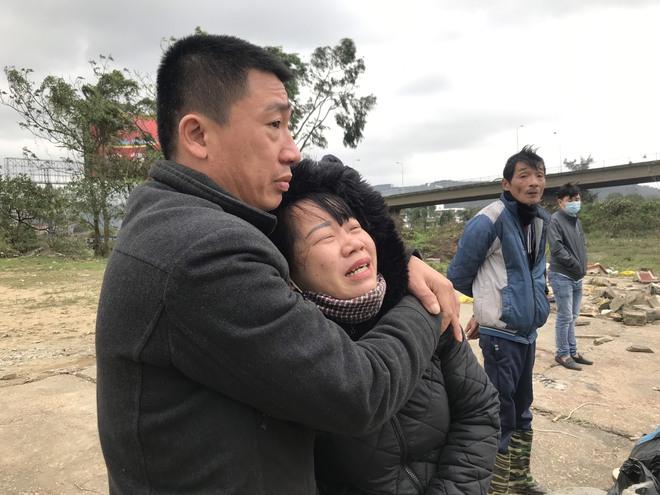 Vụ nghi vấn vợ ôm con nhỏ nhảy cầu tự tử: Chồng đau đớn ôm con bên bờ sông chờ đợi - Ảnh 3.
