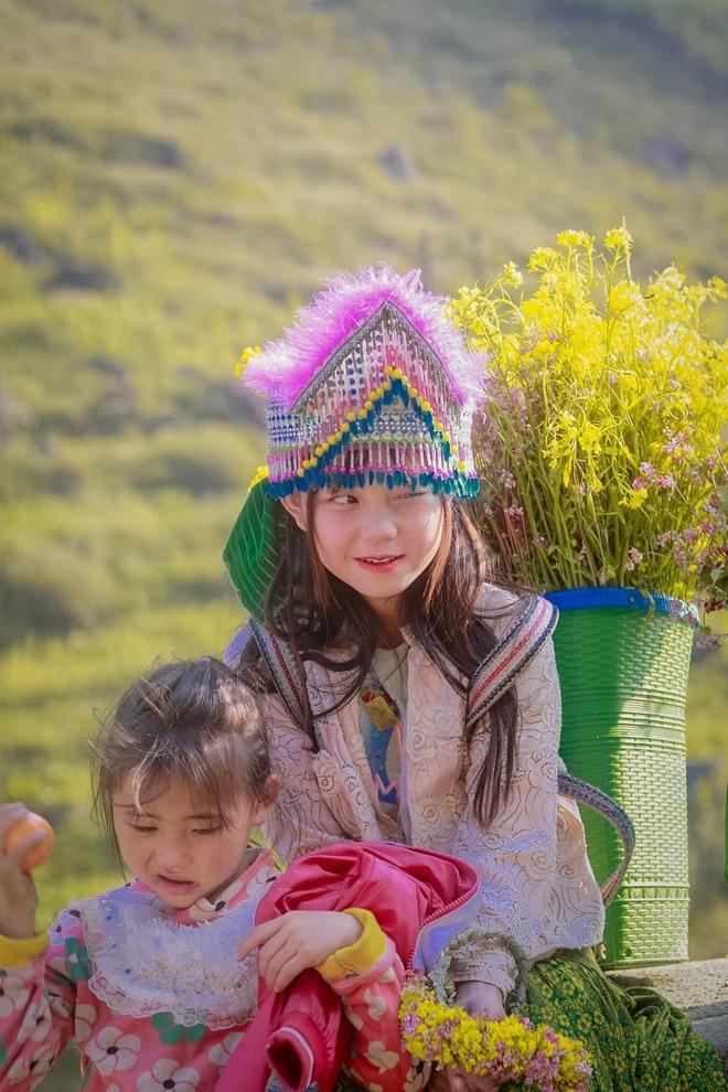 Nét đẹp rạng ngời bừng sáng cả một góc trời của em bé ở dốc Thẩm Mã gây xôn xao mạng xã hội - Ảnh 2.