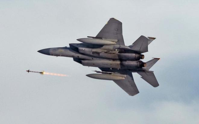 Video: Tiêm kích F-15C Eagle nã tên lửa phá hủy máy bay không người lái
