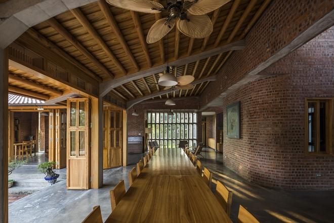 Ngôi nhà bằng gỗ xoan bề thế giữa vùng rừng cọ đồi chè nổi bật trên báo Mỹ - Ảnh 1.