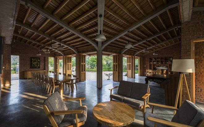 """Ngôi nhà bằng gỗ xoan bề thế giữa vùng """"rừng cọ đồi chè"""" nổi bật trên báo Mỹ"""