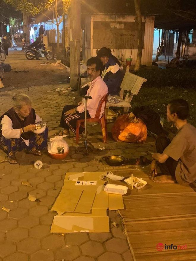 Người phụ nữ giấu mặt 15 năm phát cơm cho người vô gia cư ở Hà Nội - Ảnh 1.