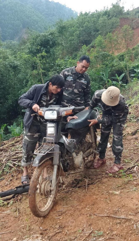 Nhóm lâm tặc đập nát xe máy của tổ bảo vệ rừng để dằn mặt - Ảnh 1.