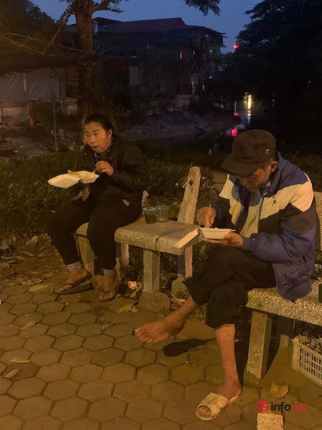 Người phụ nữ giấu mặt 15 năm phát cơm cho người vô gia cư ở Hà Nội - Ảnh 3.