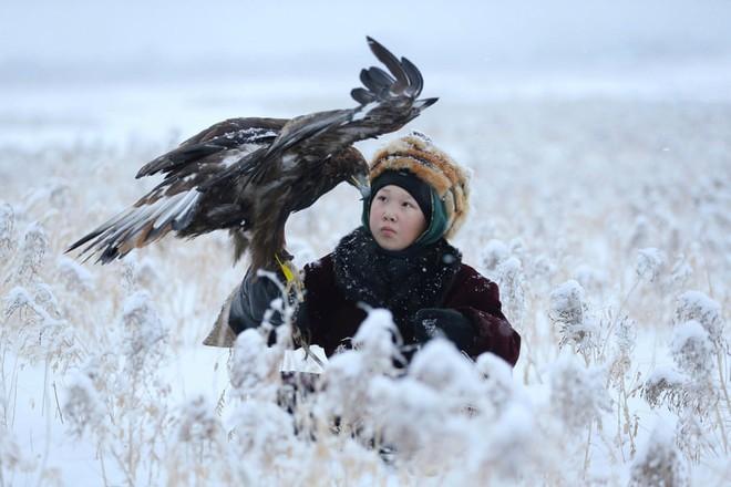 24h qua ảnh: Cậu bé mang đại bàng đi săn giữa tuyết trắng - Ảnh 5.