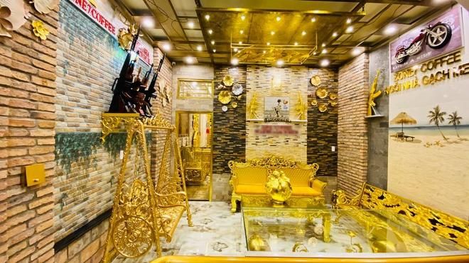 Cận cảnh ngôi nhà được khoe là dát vàng đến tận... chiếc bát ăn cơm - Ảnh 2.