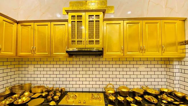 Cận cảnh ngôi nhà được khoe là dát vàng đến tận... chiếc bát ăn cơm - Ảnh 5.