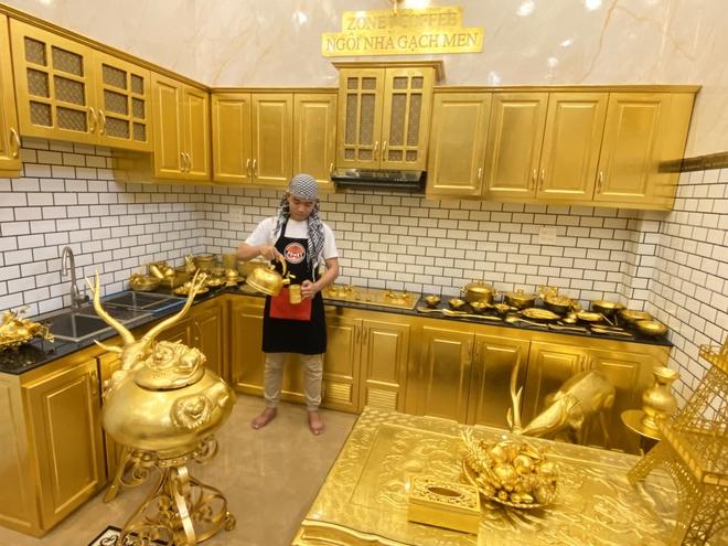 Cận cảnh ngôi nhà được khoe là dát vàng đến tận... chiếc bát ăn cơm - Ảnh 8.
