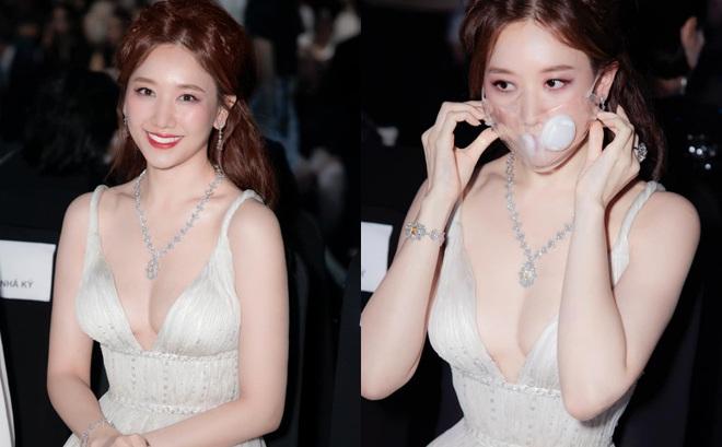 Hari Won mặc trang phục táo bạo