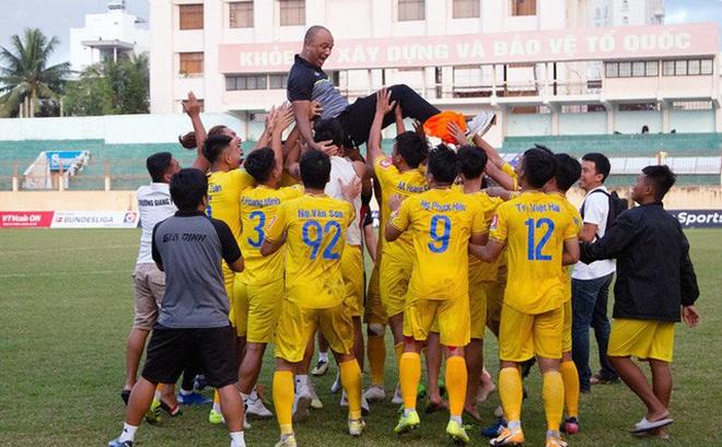 Hy hữu: Vừa thăng hạng Nhất, đội bóng Gia Định xin xuống đá hạng 2