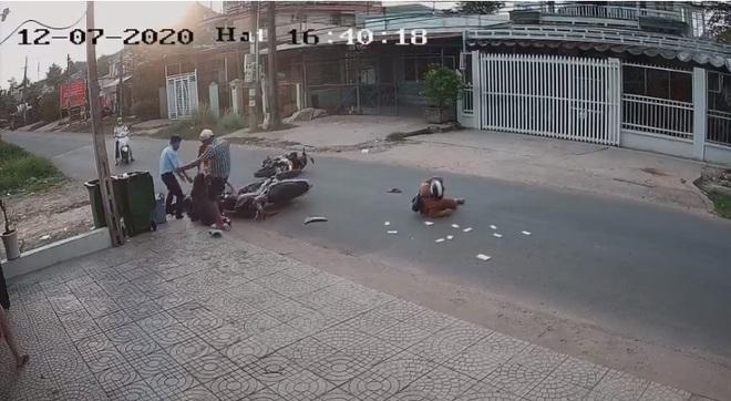 Phẫn nộ cảnh nam thanh niên đấm, đá dã man vào đầu nữ sinh sau tai nạn - Ảnh 1.