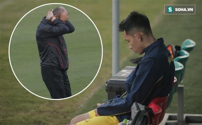 HLV Park ôm đầu suy tư, cầu thủ trẻ nhất ĐT Việt Nam ngồi buồn thiu vì chấn thương đen đủi