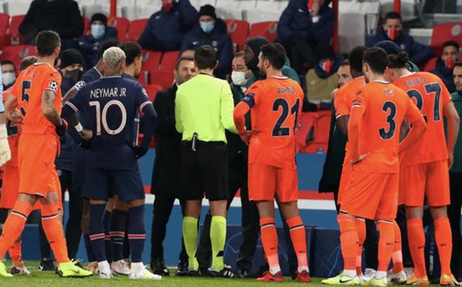 Biến căng Champions League: Cả đội Istanbul cáo buộc trợ lý trọng tài 'phân biệt chủng tộc', dắt nhau rời sân bỏ dở trận đấu với PSG