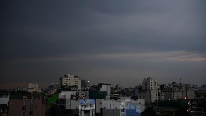 Hà Nội đón 'mưa vàng' giải nhiệt sau những ngày oi nóng kỷ lục - Ảnh 1.
