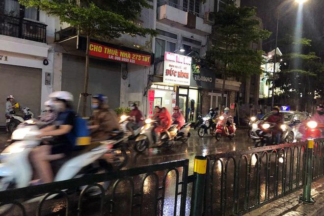 Hà Nội đón 'mưa vàng' giải nhiệt sau những ngày oi nóng kỷ lục - Ảnh 11.