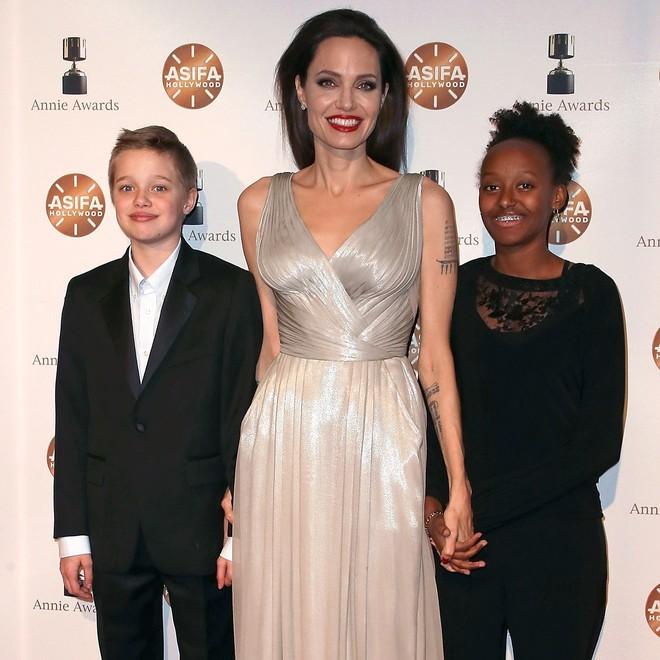 Câu chuyện về cô con gái ruột nhà Angelina Jolie và Brad Pitt: Sinh ra dưới ánh hào quang của cha mẹ nổi tiếng cho tới biểu tượng của cộng đồng LGBT - Ảnh 11.