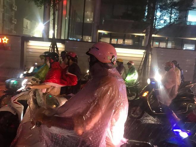 Hà Nội đón 'mưa vàng' giải nhiệt sau những ngày oi nóng kỷ lục - Ảnh 12.