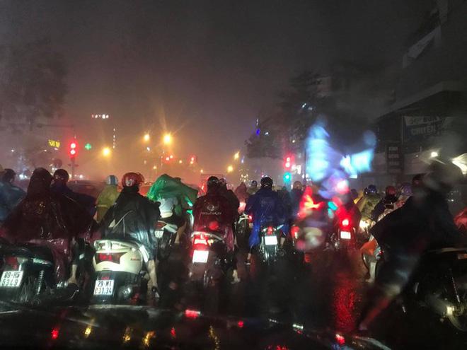 Hà Nội đón 'mưa vàng' giải nhiệt sau những ngày oi nóng kỷ lục - Ảnh 13.