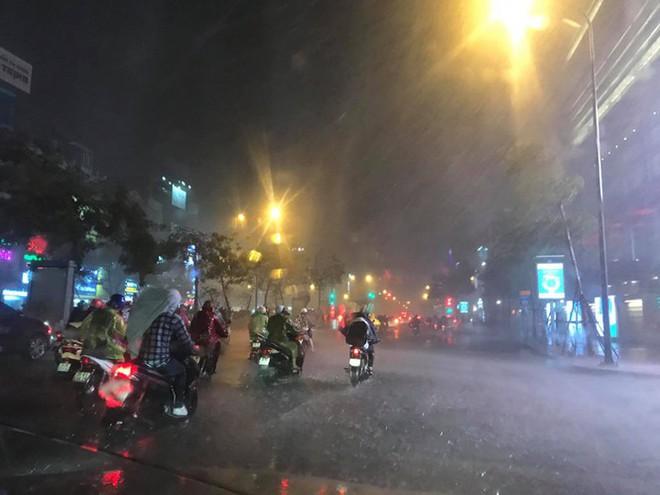 Hà Nội đón 'mưa vàng' giải nhiệt sau những ngày oi nóng kỷ lục - Ảnh 14.