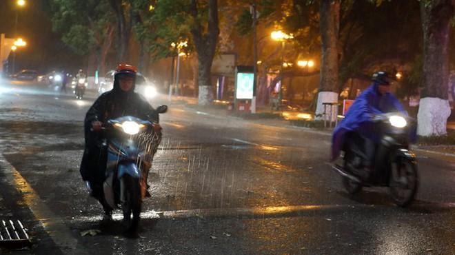 Hà Nội đón 'mưa vàng' giải nhiệt sau những ngày oi nóng kỷ lục - Ảnh 16.