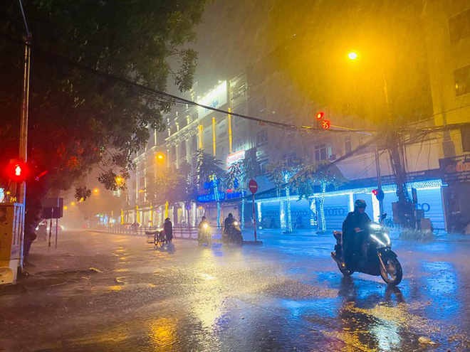 Hà Nội đón 'mưa vàng' giải nhiệt sau những ngày oi nóng kỷ lục - Ảnh 17.