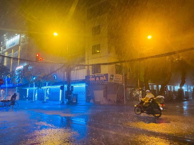 Hà Nội đón 'mưa vàng' giải nhiệt sau những ngày oi nóng kỷ lục - Ảnh 18.