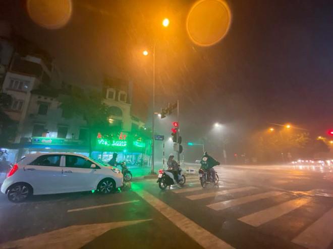 Hà Nội đón 'mưa vàng' giải nhiệt sau những ngày oi nóng kỷ lục - Ảnh 20.