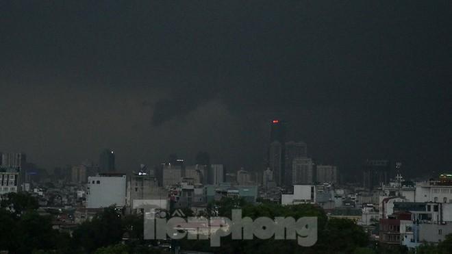 Hà Nội đón 'mưa vàng' giải nhiệt sau những ngày oi nóng kỷ lục - Ảnh 3.