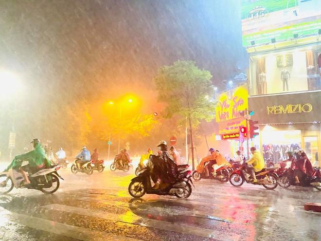 Hà Nội đón 'mưa vàng' giải nhiệt sau những ngày oi nóng kỷ lục - Ảnh 21.