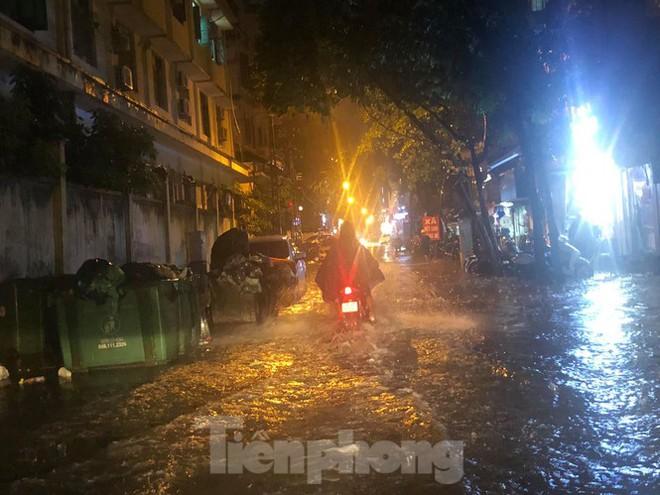 Hà Nội đón 'mưa vàng' giải nhiệt sau những ngày oi nóng kỷ lục - Ảnh 23.