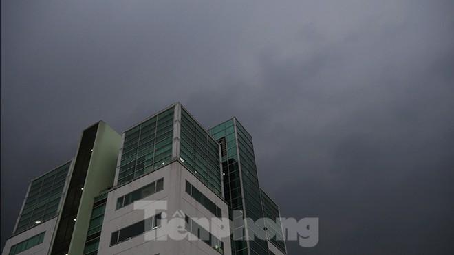 Hà Nội đón 'mưa vàng' giải nhiệt sau những ngày oi nóng kỷ lục - Ảnh 4.