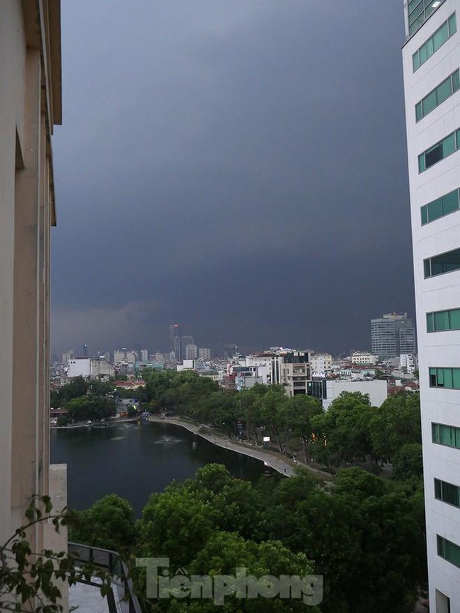 Hà Nội đón 'mưa vàng' giải nhiệt sau những ngày oi nóng kỷ lục - Ảnh 5.