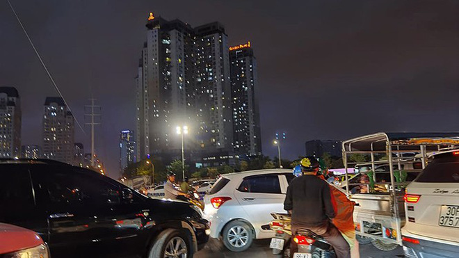 Hà Nội đón 'mưa vàng' giải nhiệt sau những ngày oi nóng kỷ lục - Ảnh 9.
