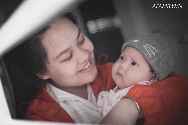 Bị đổ tại khó ở lúc bầu nên sinh con ra mặt cau có, mẹ trẻ được minh oan sau khi tìm thấy bức ảnh ngày bé của chồng - Ảnh 1.