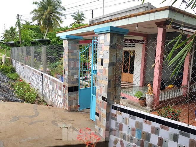 Căn nhà nổi tiếng ở Vĩnh Long có tường rào ốp bằng vỏ iPhone: Chủ nhân tiết lộ chi phí - Ảnh 1.