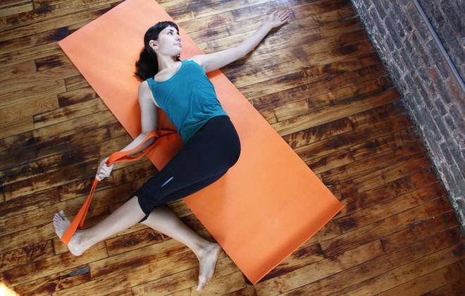 Những động tác yoga đơn giản giúp chị em có đôi chân thon thả - Ảnh 1.