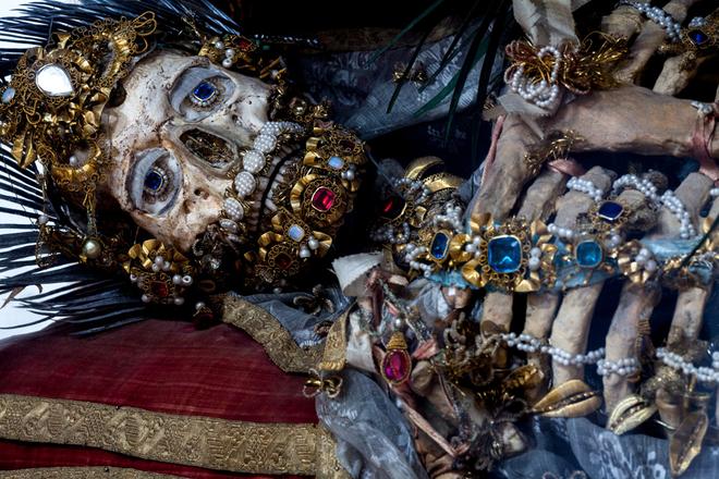 Bí ẩn về những bộ xương nạm châu báu - Ảnh 2.