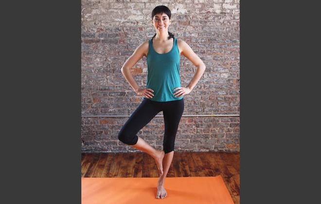 Những động tác yoga đơn giản giúp chị em có đôi chân thon thả - Ảnh 2.