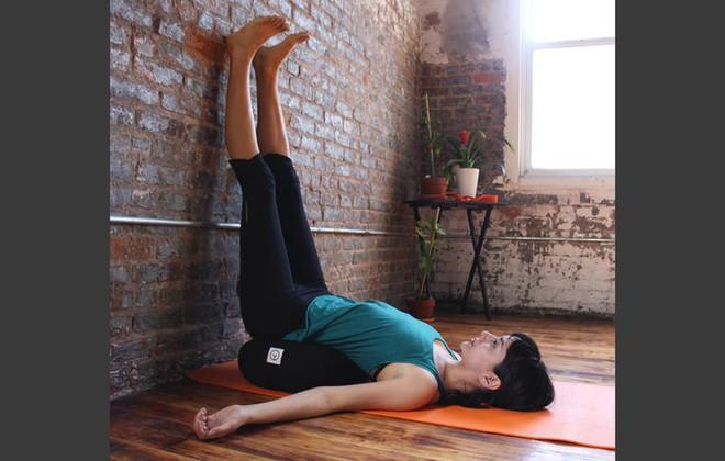 Những động tác yoga đơn giản giúp chị em có đôi chân thon thả - Ảnh 3.
