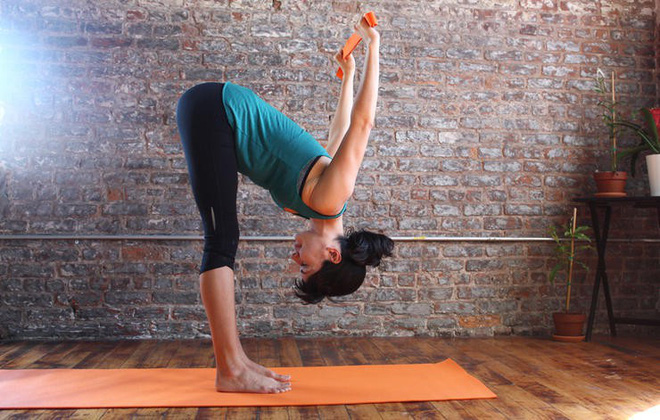 Những động tác yoga đơn giản giúp chị em có đôi chân thon thả - Ảnh 4.