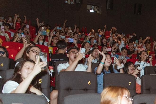 Khán giả la hét khi gặp Sơn Tùng M-TP ở rạp chiếu phim - Ảnh 6.