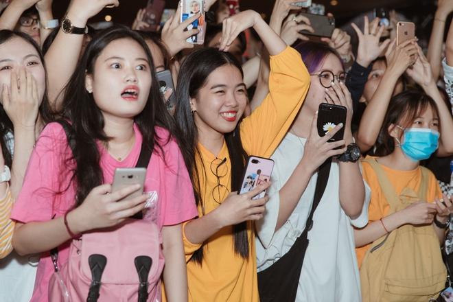 Khán giả la hét khi gặp Sơn Tùng M-TP ở rạp chiếu phim - Ảnh 5.