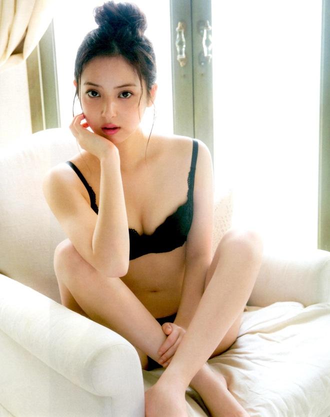 Cận cảnh nhan sắc mỹ nhân đẹp nhất Nhật Bản Nozomi Sasaki: Sở hữu thân hình gợi cảm cùng gương mặt ngây thơ nhưng vẫn bị chồng cắm 182 chiếc sừng - Ảnh 2.