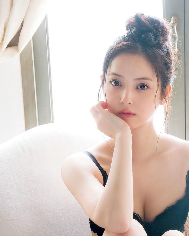 Cận cảnh nhan sắc mỹ nhân đẹp nhất Nhật Bản Nozomi Sasaki: Sở hữu thân hình gợi cảm cùng gương mặt ngây thơ nhưng vẫn bị chồng cắm 182 chiếc sừng - Ảnh 6.