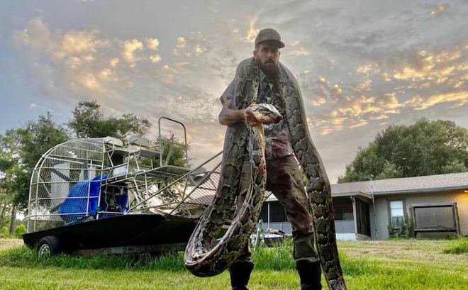 """Choáng cảnh thợ săn vật lộn với """"chằn tinh"""" dài 5 mét"""